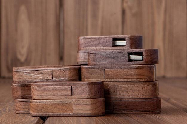Wiele drewnianych pendrive'a na podłoże drewniane.