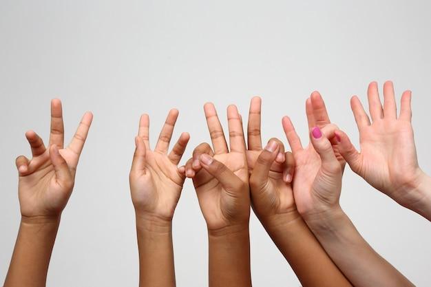 Wiele dzieci podniosło z rzędu wyraziste dłonie