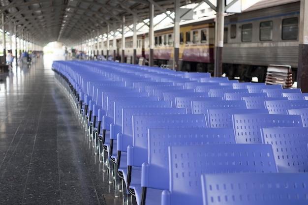 Wiele fioletowych krzeseł na dworcu kolejowym