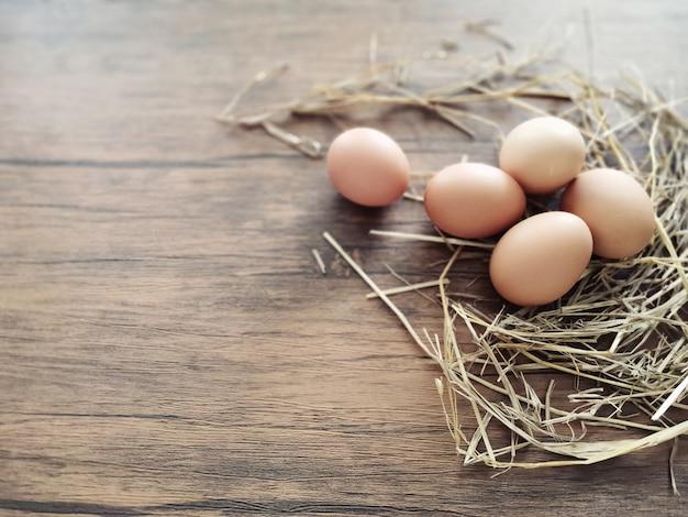 Wiele jajek leży na stole.