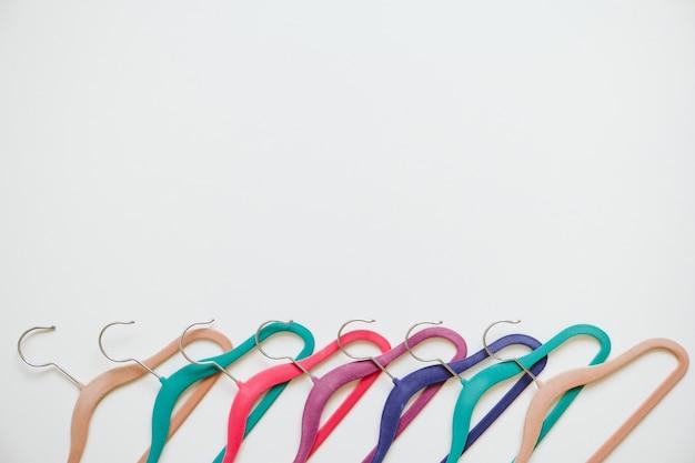 Wiele jasnych, wielokolorowych wieszaków z aksamitu w kolorze pop
