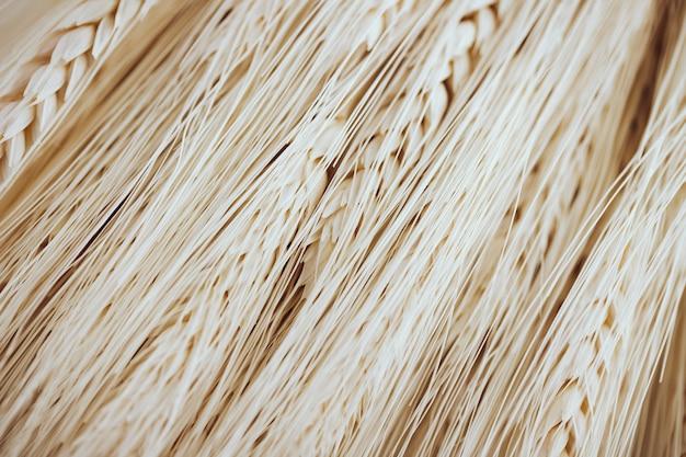 Wiele jasnych włókien i nasion pszenicy