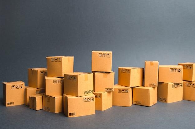 Wiele kartonów. produkty, towary, magazyn, magazyn. handel i handel detaliczny. e-commerce