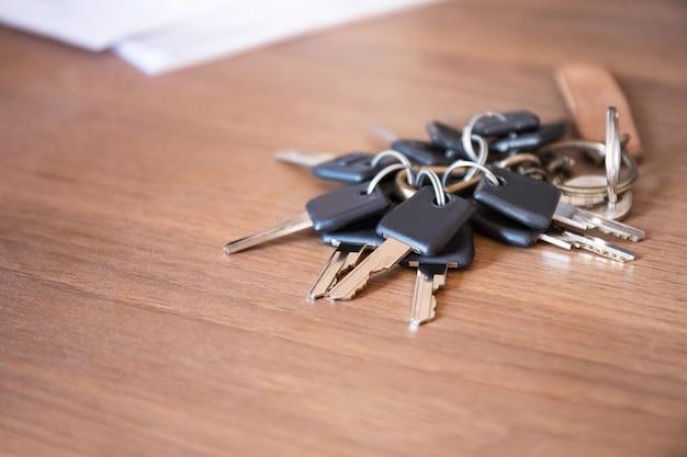Wiele klucz łańcucha na biurku