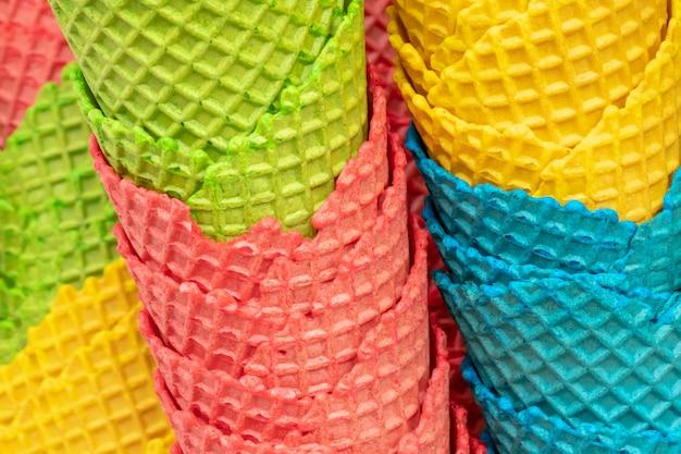 Wiele kolorowych chrupiących rożków do lodów