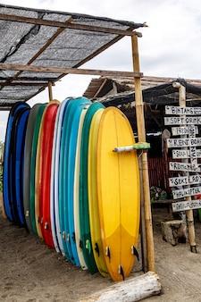 Wiele kolorowych desek surfingowych w rzędzie.