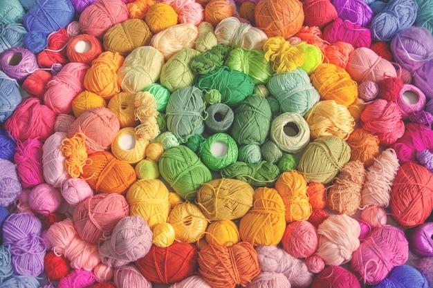 Wiele kolorowych kulek z wełny i bawełny