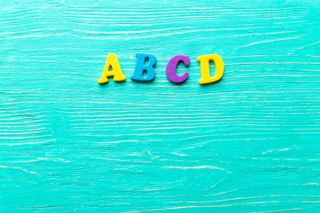 Wiele kolorowych liter na drewnianym stole