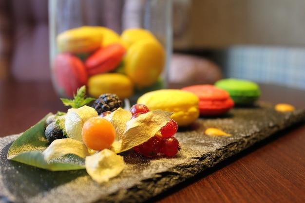 Wiele kolorowych makaroników z kremem na białym talerzu