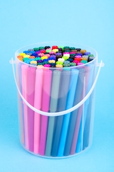 Wiele kolorowych markerów w opakowaniu