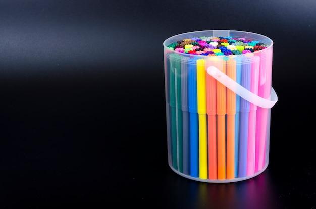 Wiele kolorowych markerów w pakiecie szczęśliwego nowego roku 2020 rok szczura