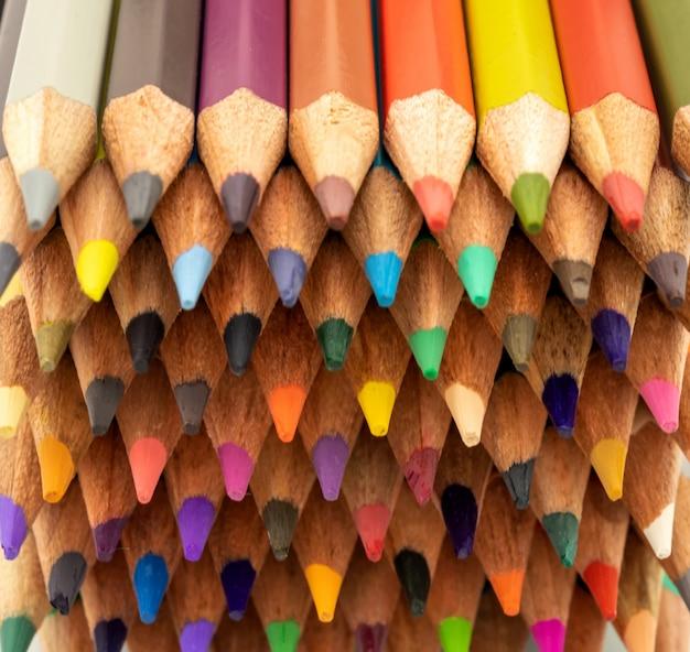 Wiele kolorowych ołówków jako kolorowe tło