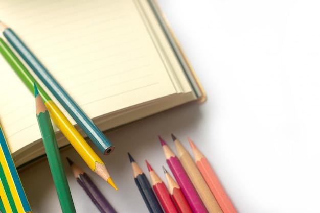 Wiele kolorowych ołówków jest już używanych na białym papierze.