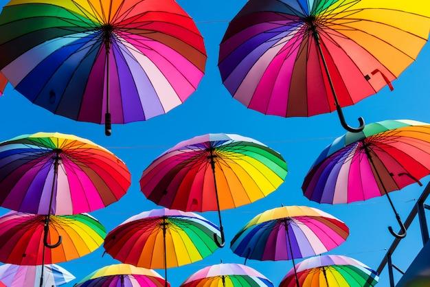 Wiele kolorowych parasoli na tle nieba