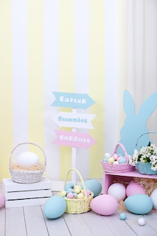 Wiele kolorowych pisanek z króliczkami i koszami kwiatów! wiosna i wielkanoc wystrój pokoju.