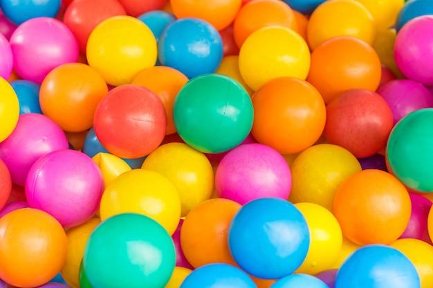 Wiele kolorowych plastikowych kulek w dzieci ballpit na placu zabaw