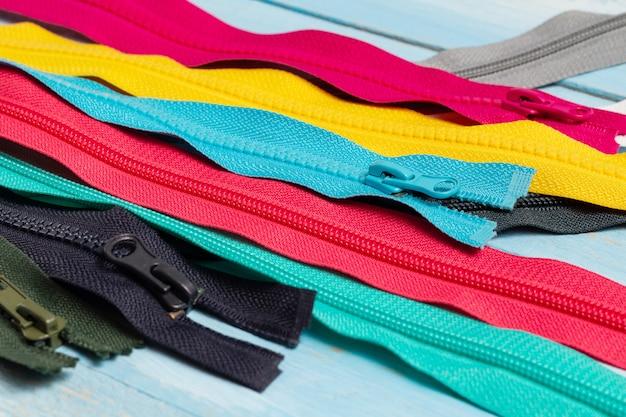 Wiele kolorowych plastikowych pasków na suwaki