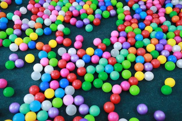 Wiele kolorowych plastikowych piłek na placu zabaw dla dzieci