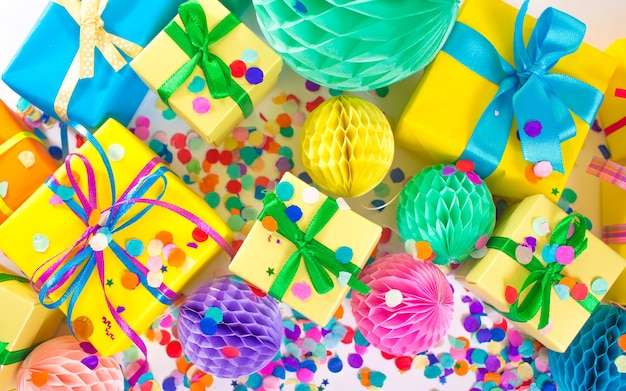 Wiele kolorowych pudełek na prezenty. widok z góry.