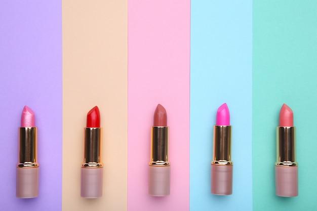Wiele kolorowych szminki na kolorowe tło, płaskie świeckich