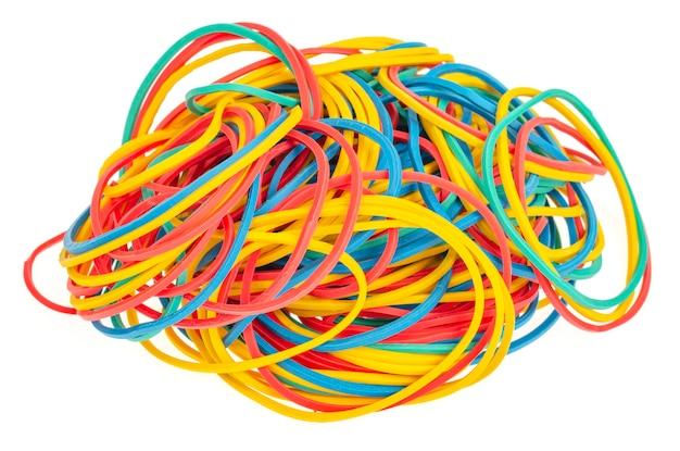 Wiele kolorowych wielokolorowych gumek elastycznych na białym tle