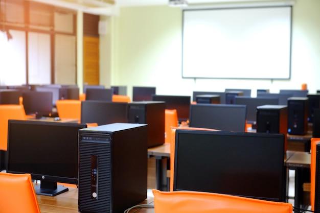 Wiele komputerów w sali komputerowej