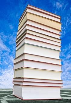 Wiele książek na białym tle