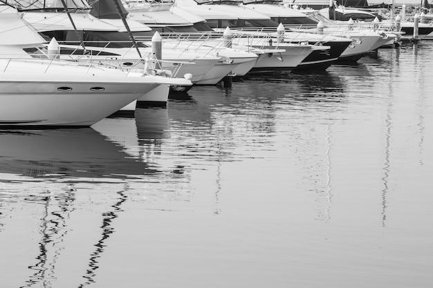 Wiele luksusowych jachtów zaparkowanych w zatoce na morzu