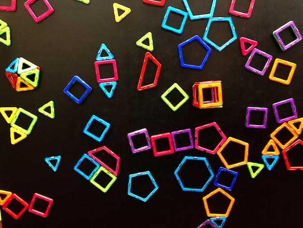 Wiele magnesów tkwi na tablicy