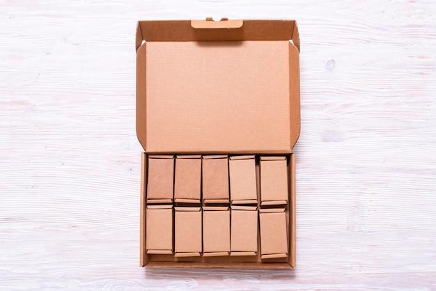 Wiele małych kartonów wewnątrz dużej skrzynki z pokrywą