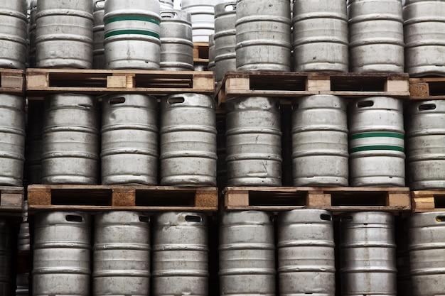 Wiele metalowych beczkach piwa