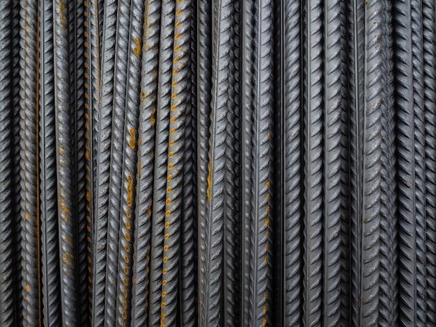 Wiele metalowych prętów do wzmocnienia betonu. zardzewiałe metalowe pręty