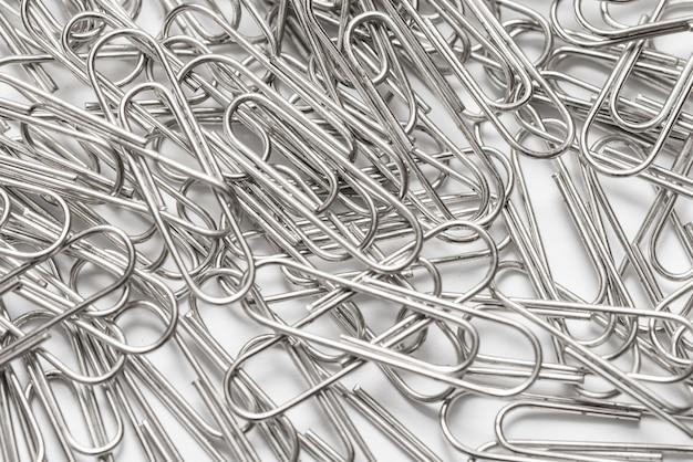 Wiele metalowych spinaczy do papieru firmy selver tome