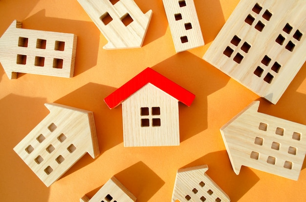 Wiele miniaturowych domów drewnianych koncepcja nieruchomości wybierz niedrogie mieszkanie