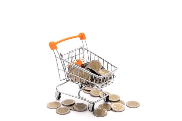 Wiele monet (bat tajlandzki) w koszyku izolować na białym tle.