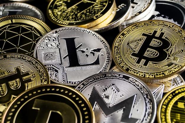 Wiele monet kryptowalut leży na ciemnej powierzchni