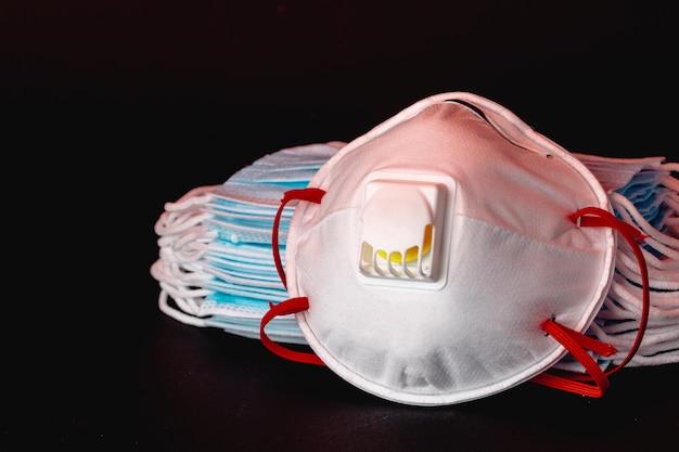 Wiele nałożonych na siebie medycznych masek ochronnych z bliska. koncepcja ochrony przed wirusami i zanieczyszczeniami