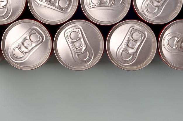 Wiele nowych aluminiowych puszek napojów gazowanych lub napojów energetycznych. koncepcja produkcji napojów i produkcja masowa