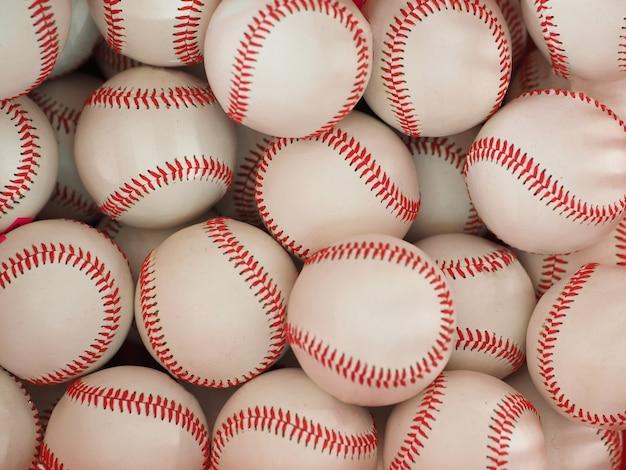 Wiele nowych piłek baseballowych. stos wielu baseballistów. tło baseballu.