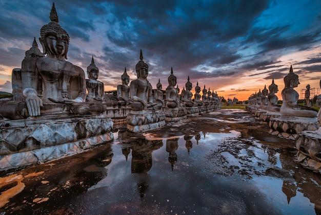 Wiele obrazów statua buddy o zachodzie słońca w południowej tajlandii