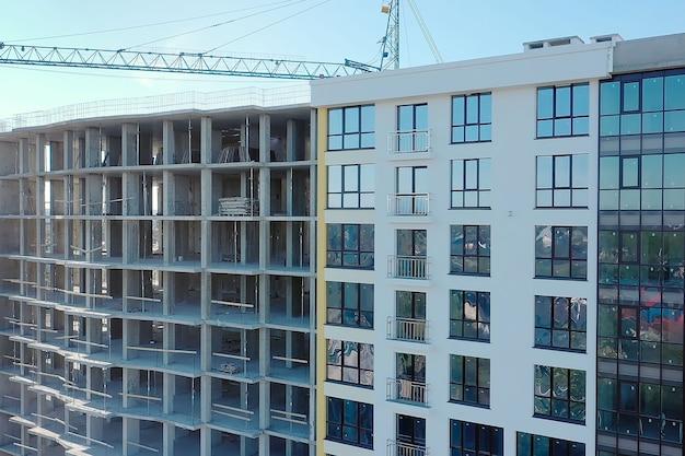Wiele okien na nowej elewacji apartamentowca w budowie