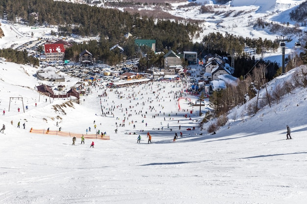 Wiele osób jeździ na nartach na górze elbrus