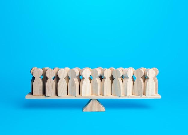 Wiele osób na szalach równowagi harmonii i zrozumienia jedności i dążenia do stabilności