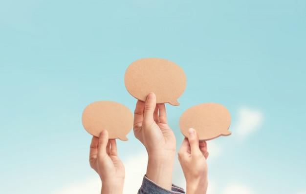 Wiele osób pokazuje pusty dymek, proces dyskusji i komentowania, najlepsza myśl, dobry pomysł, pozytywne opinie. opinia społeczeństwa i otaczających ludzi.