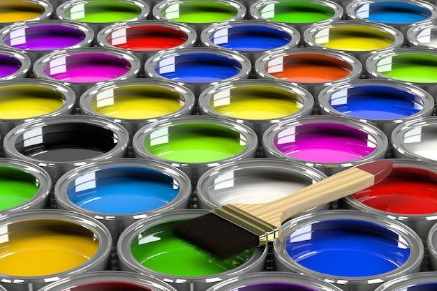 Wiele otwartych puszek z farbą.
