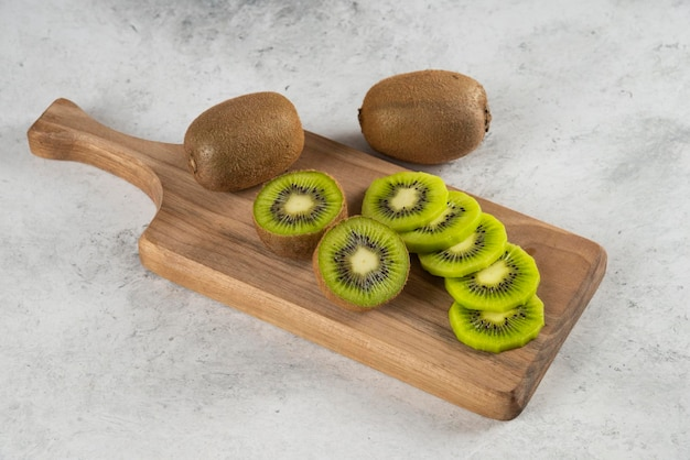 Wiele owoców kiwi na desce.