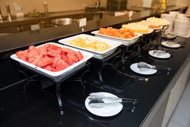 Wiele owoców w formie bufetu