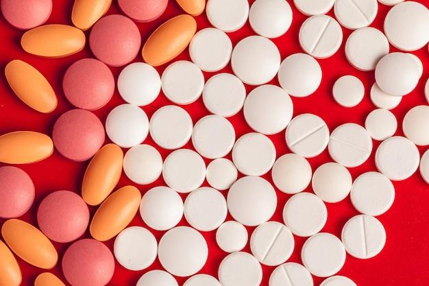 Wiele pigułek medycyny bliska na czerwono