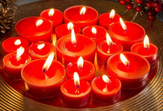 Wiele płonących świec na boże narodzenie