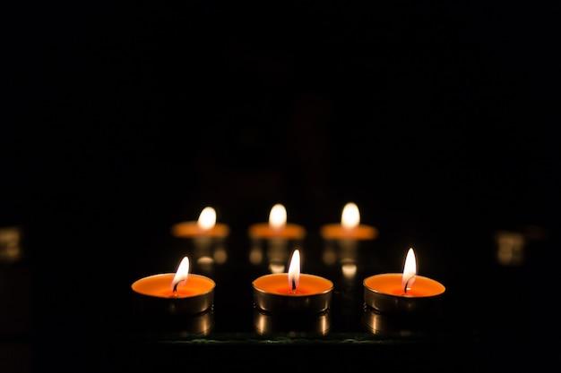 Wiele płonących świec z płytką głębią ostrości